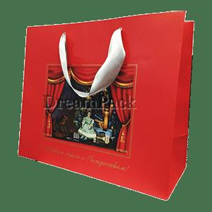красивый бумажный красный пакет